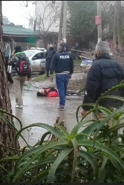 ¿LOS DETENIDOS ESTABAN REALIZANDO ALGUNA ACCION ILEGAL Y AL INTERVENIR EL EFECTIVO POLICIAL LO ASESINARON?